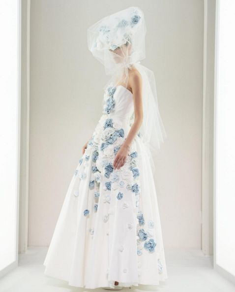 用博客傲12 The white denim gown features blue 3D flowers.Would You Wear a Denim Wedding Dress