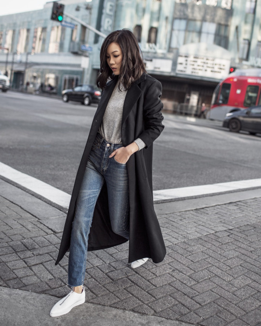 用傲1傲214 This smart winter style consisting of mom jeans, a grey sweater and a tomboy style maxi coat. We love the charmingly boyish nature of this look!.png