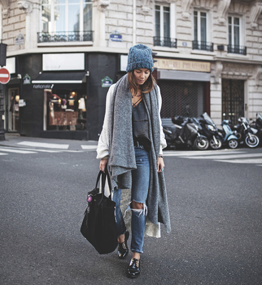 %e7%94%a8%e5%82%b21%e5%82%b225she-rocking-a-pair-of-distressed-denim-jeans-and-a-boyfriend-style-maxi-coat-we-recommend-wearing-this-look-with-an-oversized-chunky-scarf-for-that-winter-feel